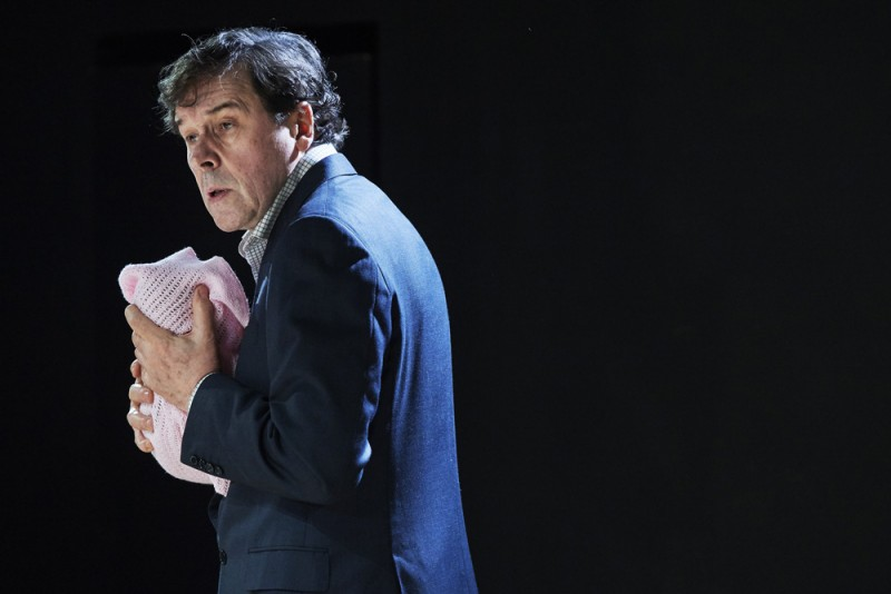 "Stephen Rea in ""Cyprus Avenue"", regia Vicky Featherstone. A Royal Court Theatre and Abbey Theatre production. Foto Ros Kavanagh"