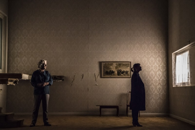 "Maggie Steed, Nicola Walker in ""The Cane"" di Mark Ravenhill, regia Vicky Featherstone. 6 dicembre 2018 al 26 gennaio 2019, Royal Court Jerwood Theatre Downstairs. Foto Johan Persson."