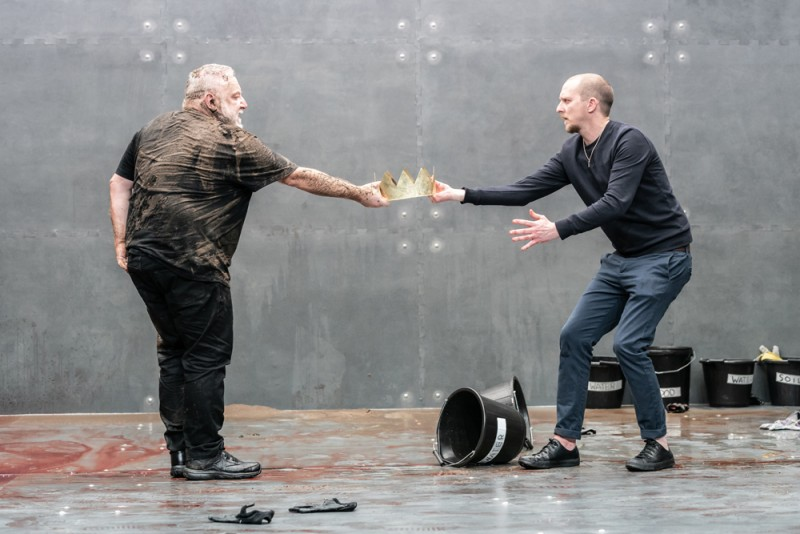 """The Tragedy of King Richard the Second"". Simon Russell Beale e Leo Bill. Foto Marc Brenner"