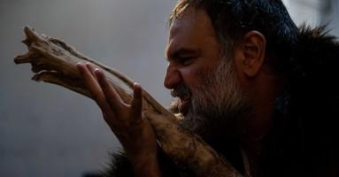 """NAPOLI, Cortile del Maschio Angioino - """"'Nzularchia. In lettura e in corpo"""" di e conMimmoBorrelli. -di Giuseppe Distefano"""